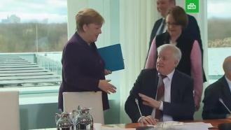 Глава МИД Германии отказался пожать руку Меркель
