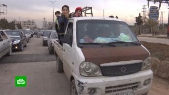 Сирийские беженцы возвращаются вразграбленные боевиками дома впригороде Алеппо