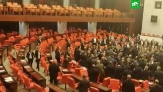 Депутаты вТурции устроили массовую драку