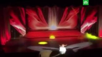 Рухнувшая со сцены певица допела песню со сломанной ногой