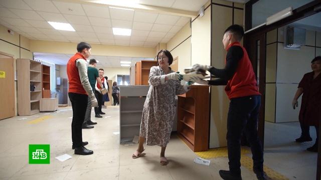 Жители Улан-Удэ помогают переехать национальной библиотеке.Бурятия, библиотеки и книгоиздание, волонтеры.НТВ.Ru: новости, видео, программы телеканала НТВ
