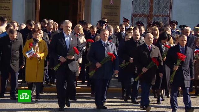 В Симферополе возложили цветы к памятнику народному ополчению.Крым, памятные даты, референдумы.НТВ.Ru: новости, видео, программы телеканала НТВ