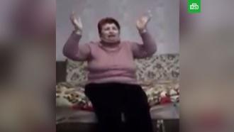 Украинка на коленях извинилась перед односельчанами за распространение коронавируса