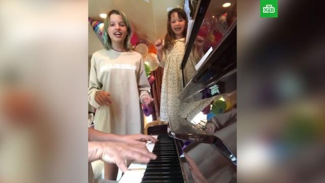 Дочери Миллы Йовович спели песню «Антошка».Голливуд, артисты, дети и подростки, знаменитости, шоу-бизнес.НТВ.Ru: новости, видео, программы телеканала НТВ