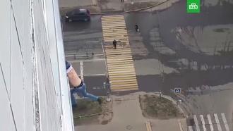 Нарушивший режим самоизоляции москвич едва не выпал из окна