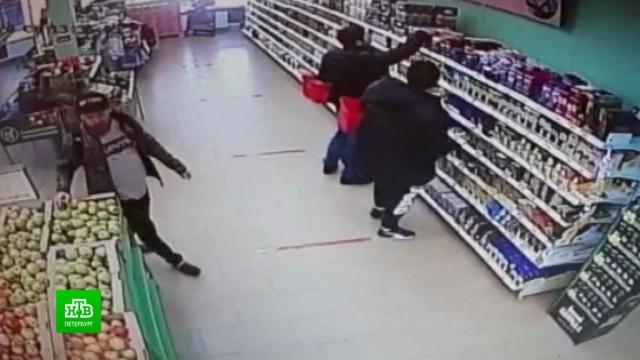 «Сладкие грабители» вынесли из петербургского магазина шоколад иконфеты.Санкт-Петербург, кражи и ограбления, магазины.НТВ.Ru: новости, видео, программы телеканала НТВ