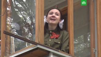 Россияне вышли на балконы испели военные песни