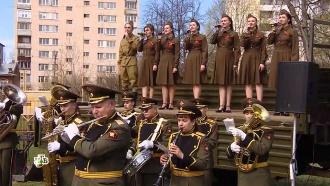 Оркестр под балконом и пушки во дворе: как россияне поздравляли ветеранов войны