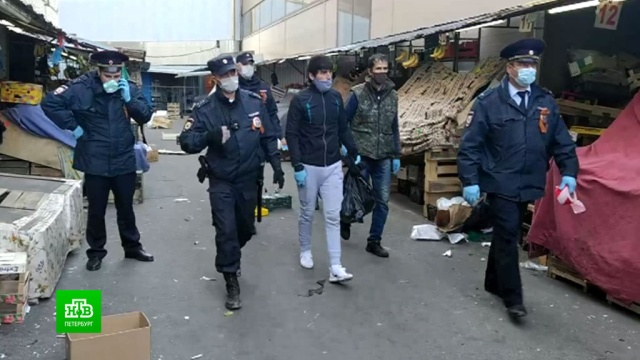 Сенной рынок вПетербурге пришлось закрыть из-за столпотворения за бесплатной едой.Роспотребнадзор, Санкт-Петербург, коронавирус, полиция, торговля, эпидемия.НТВ.Ru: новости, видео, программы телеканала НТВ