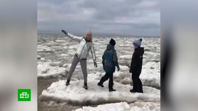 В Сети резко осудили прыгавшую по льдинам женщину с детьми.Интернет, Якутия, дети и подростки, соцсети.НТВ.Ru: новости, видео, программы телеканала НТВ