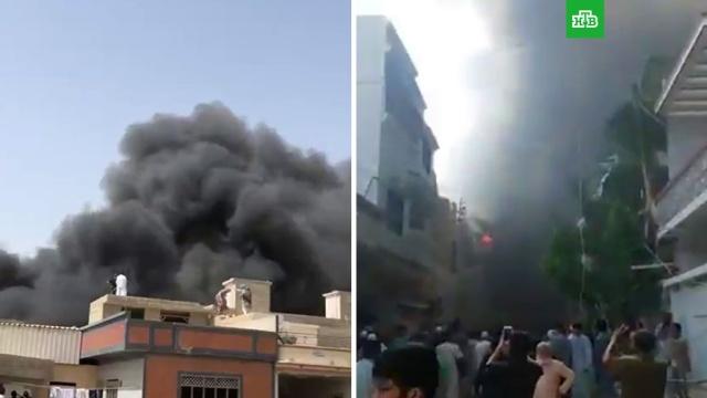 Пассажирский самолет рухнул на жилые дома вПакистане.Пакистан, авиационные катастрофы и происшествия.НТВ.Ru: новости, видео, программы телеканала НТВ