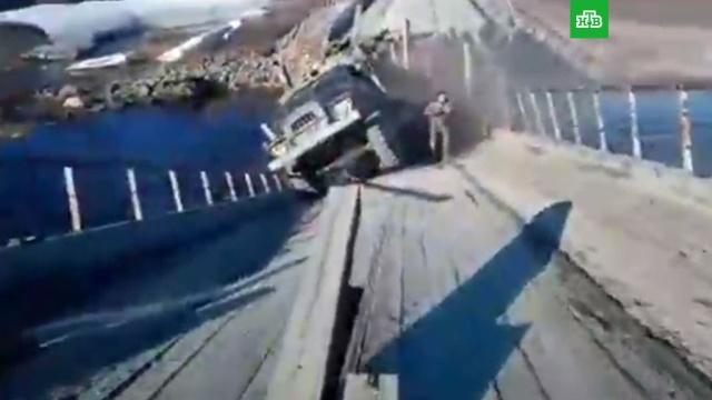 На Ямале под грузовиком сломался мост.Ямало-Ненецкий АО, грузовики, дороги, мосты, обрушение.НТВ.Ru: новости, видео, программы телеканала НТВ
