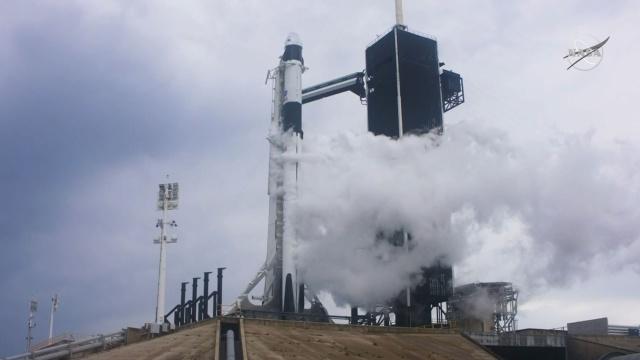 Запуск SpaceX с экипажем к МКС.Старт корабля Crew Dragon компании SpaceX с астронавтами Дагласом Хёрли и Робертом Бенкеном намечен на 23:33 по московскому времени. Впервые люди летят в космос на борту аппарата, который был создан частной компанией. Кроме этого, впервые за 9 лет США отправляют на МКС астронавтов собственными силами. UPD За 15 минут до старта запуск был отложен из-за погоды.НТВ.Ru: новости, видео, программы телеканала НТВ