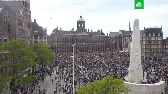 Митинг против жестокости полиции в Амстердаме: видео.Тысячи человек собрались на центральной площади Амстердама, чтобы выразить протест против жестокости полиции в Европе и США.митинги и протесты, Нидерланды, полиция, США.НТВ.Ru: новости, видео, программы телеканала НТВ
