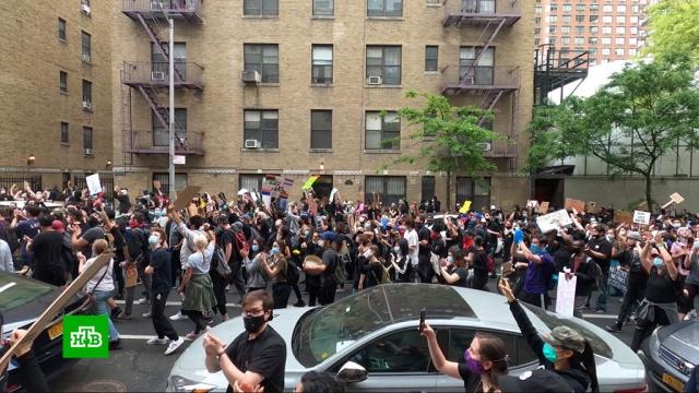 ВНью-Йорке протестующие грабят магазины под носом уполиции.Нью-Йорк, США, беспорядки, митинги и протесты, полиция.НТВ.Ru: новости, видео, программы телеканала НТВ