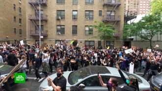 В<nobr>Нью-Йорке</nobr> протестующие грабят магазины под носом уполиции