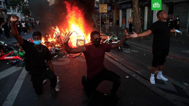 Вслед за США протесты на расовой почве вспыхнули во Франции.За время ожесточенных беспорядков в США не менее 11 человек погибли и еще несколько сотен ранены. Большинство жертв — афроамериканцы, жители самых разных городов. В неразберихе гибнут случайные люди. В Айове в результате потасовки была убита 22-летняя девушка, ее сестра записала очень эмоциональное обращение к протестующим, обвинив их во всем.США, Франция, беспорядки, митинги и протесты, полиция.НТВ.Ru: новости, видео, программы телеканала НТВ