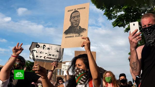Джорджа Флойда возят по США впозолоченном гробу.США, беспорядки, митинги и протесты, полиция, суды.НТВ.Ru: новости, видео, программы телеканала НТВ