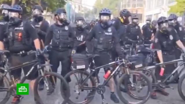 Полиция Сиэтла защищается велосипедами от вооруженных протестующих.США, беспорядки, митинги и протесты, полиция.НТВ.Ru: новости, видео, программы телеканала НТВ