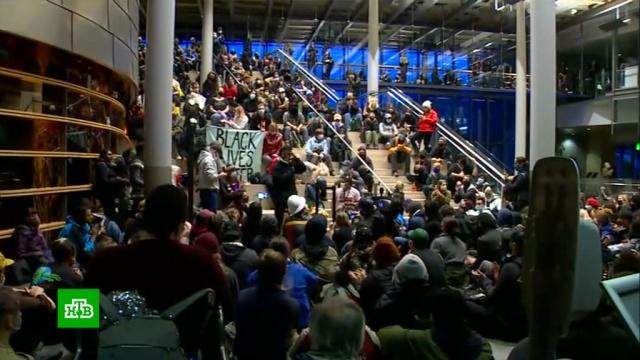 Протестующие захватили мэрию Сиэтла ипотребовали провести реформу полиции.США, беспорядки, митинги и протесты, полиция.НТВ.Ru: новости, видео, программы телеканала НТВ