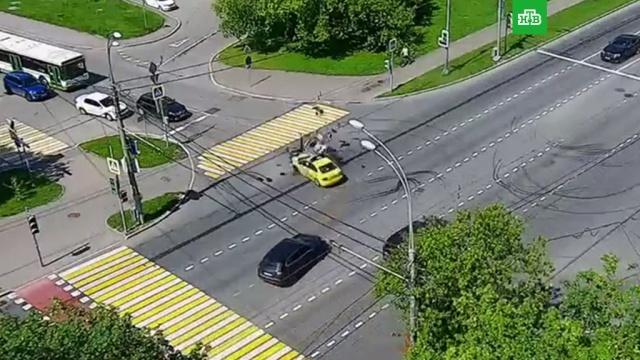 Сотрудник ГИБДД на мотоцикле на бешеной скорости врезался в такси.ГИБДД, ДТП, Москва, автомобили, мотоциклы и мопеды, такси.НТВ.Ru: новости, видео, программы телеканала НТВ