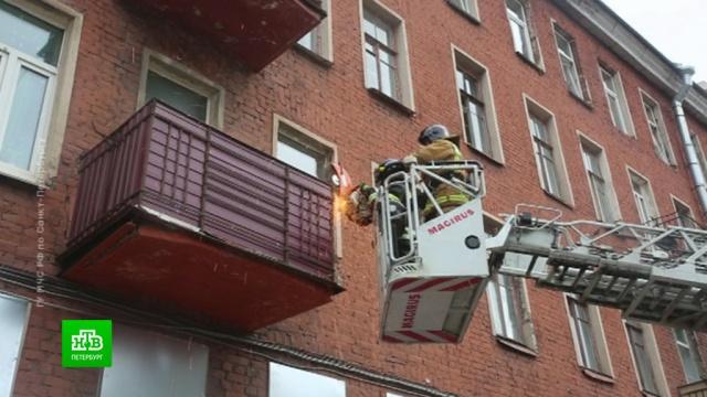 Спасатели вПетербурге вовремя демонтировали провисавший балкон.МЧС, Санкт-Петербург, газ, обрушение.НТВ.Ru: новости, видео, программы телеканала НТВ