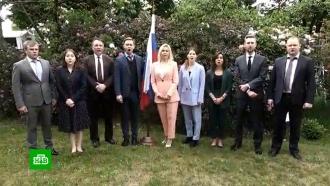 Российские дипломаты вразных странах исполнили национальный гимн