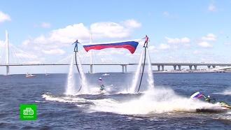 В День России над Невой развернули огромный триколор