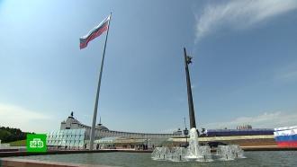 Путин впервые принял участие вцеремонии поднятия флага вДень России