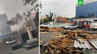 Сильный ветер сорвал крышу торгового центра вБарнауле