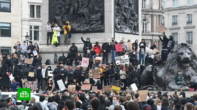 Британские футбольные фанаты встали на защиту памятников от протестующих.Великобритания, беспорядки, вандализм, митинги и протесты, памятники.НТВ.Ru: новости, видео, программы телеканала НТВ
