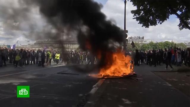 На акции вподдержку медиков вПариже полицейских закидали петардами ибутылками.Париж, Франция, врачи, демонстрации, медицина, митинги и протесты.НТВ.Ru: новости, видео, программы телеканала НТВ