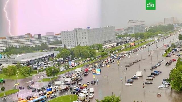 Мощный ливень затопил несколько улиц вМоскве.дороги, Москва, погода, погодные аномалии.НТВ.Ru: новости, видео, программы телеканала НТВ