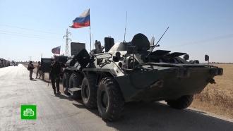 На трассе М4в Сирии колонну машин смирными жителями сопровождают «Рыси» иБТР