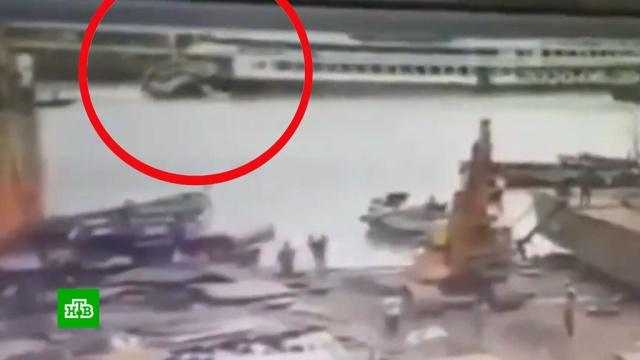 Сухогруз подмял под себя паром вБангладеш: десятки погибших.Бангладеш, кораблекрушения.НТВ.Ru: новости, видео, программы телеканала НТВ