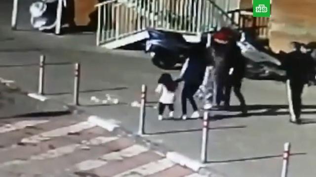 Выброшенная с балкона бутылка пробила голову ребенку в Подмосковье.Московская область, дети и подростки, несчастные случаи.НТВ.Ru: новости, видео, программы телеканала НТВ