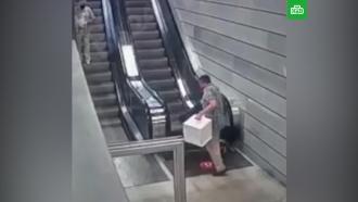 Пассажир едва не провалился вмеханизм эскалатора новой станции