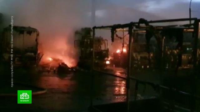 ВПетербурге вспыхнувшая солярка спровоцировала крупный пожар на автостоянке.Санкт-Петербург, автомобили, пожары.НТВ.Ru: новости, видео, программы телеканала НТВ
