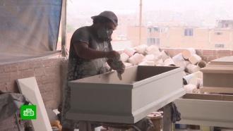 Клоун во время пандемии начал зарабатывать на гробах