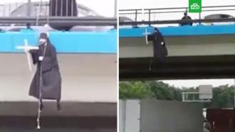 ВМоскве сняли парящего над мостом человека вкостюме священника