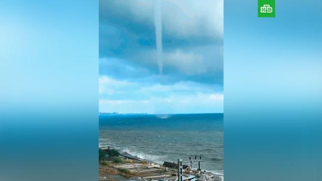 Крупный смерч на сочинском побережье: видео.Атмосферный вихрь сформировался неподалеку от берега.Сочи, лето, море, погода.НТВ.Ru: новости, видео, программы телеканала НТВ