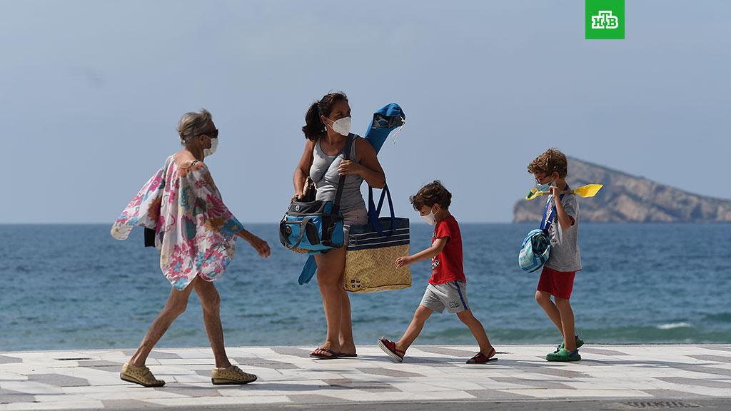ВИспании маски обязали носить даже на пляже