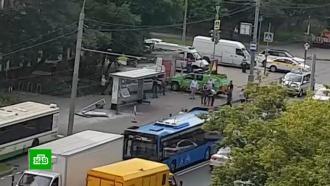 Поврежденную вДТП остановку вМоскве не первый раз сносит автобус