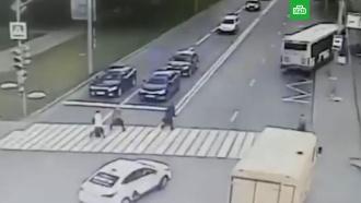 Момент наезда автобуса на остановку слюдьми вМоскве