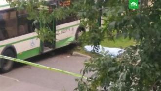 Автобус врезался востановку вМоскве: погиб человек
