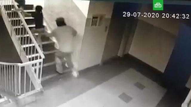 В Омске мужчина напал на шестилетнюю девочку в подъезде.дети и подростки, нападения.НТВ.Ru: новости, видео, программы телеканала НТВ