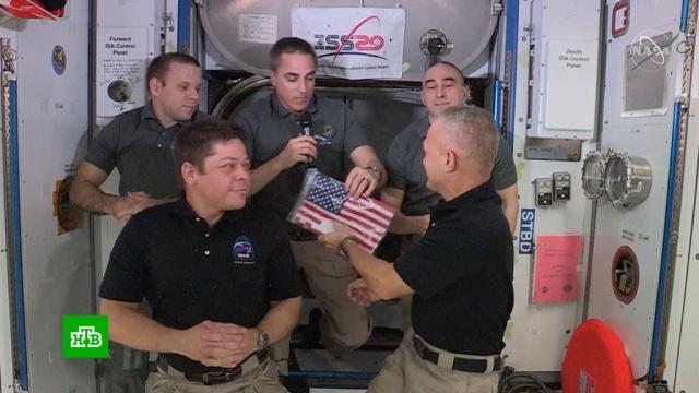 Перед отстыковкой пилоты Crew Dragon забрали сМКС американский флаг.МКС, НАСА, США, космонавтика, космос.НТВ.Ru: новости, видео, программы телеканала НТВ