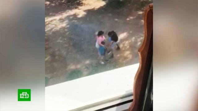 Родители избили 8-летнего сына за украденные и потраченные на игрушки 10 тысяч.СКР заинтересовался отношениями в башкирской семье Бычковых, соседи которых выложили в сеть видео, где отец за кражу денег жестоко наказывает 8-летнего сына. Родители мальчика уверены, что воспитание ребенка — их личное дело, а мальчик заслуживает таких методов.Башкирия, дети и подростки, драки и избиения, кражи и ограбления.НТВ.Ru: новости, видео, программы телеканала НТВ