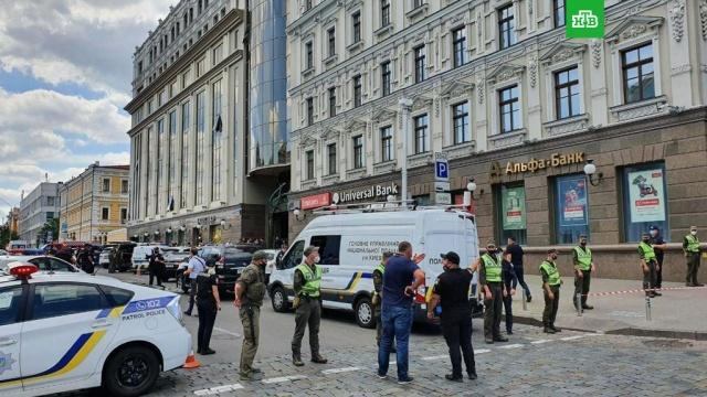 В Киеве неизвестный угрожает взорвать бомбу в бизнес-центре.В Киеве неизвестный мужчина ворвался в помещение «Универсал-банка» в бизнес-центре «Леонардо» и заявил, что у него в рюкзаке находится бомба. Полиция уже ведет с ним переговоры.Киев, Украина, терроризм.НТВ.Ru: новости, видео, программы телеканала НТВ