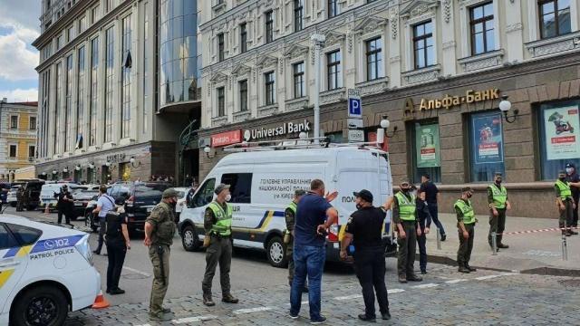 Угроза взрыва в киевском бизнес-центре.Преступник угрожает устроить взрыв в здании бизнес-центра «Леонардо» в центре Киева. Мужчина утверждает, что у него в рюкзаке взрывчатка, и требует, чтобы к нему допустили журналистов. Он хочет дать интервью в прямом телевизионном эфире. По данным МВД Украины, террористом является 32-летний гражданин Узбекистана. Полиция ведет с ним переговоры.НТВ.Ru: новости, видео, программы телеканала НТВ